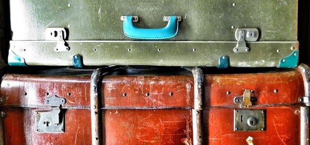 Packing suitcases valigia