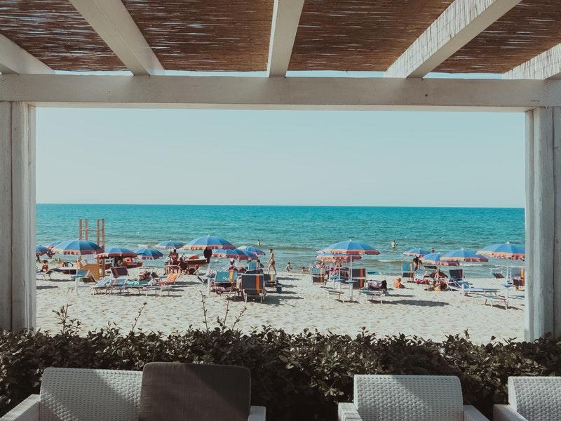 blue-umbrelass-on-shore-2921615