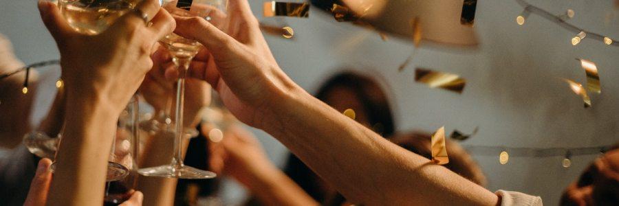 People toasting wine glasses Capodanno